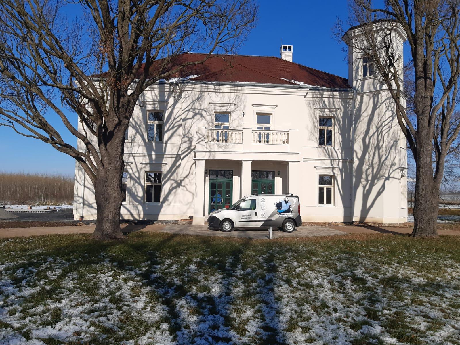Čištění a oprava pískovcových schodů na zámku Jenišov
