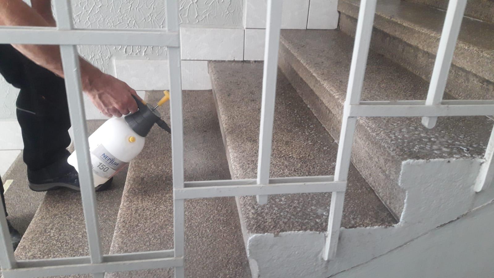 Čištění kamenných schodů pomocí nanotechnologií suché páry