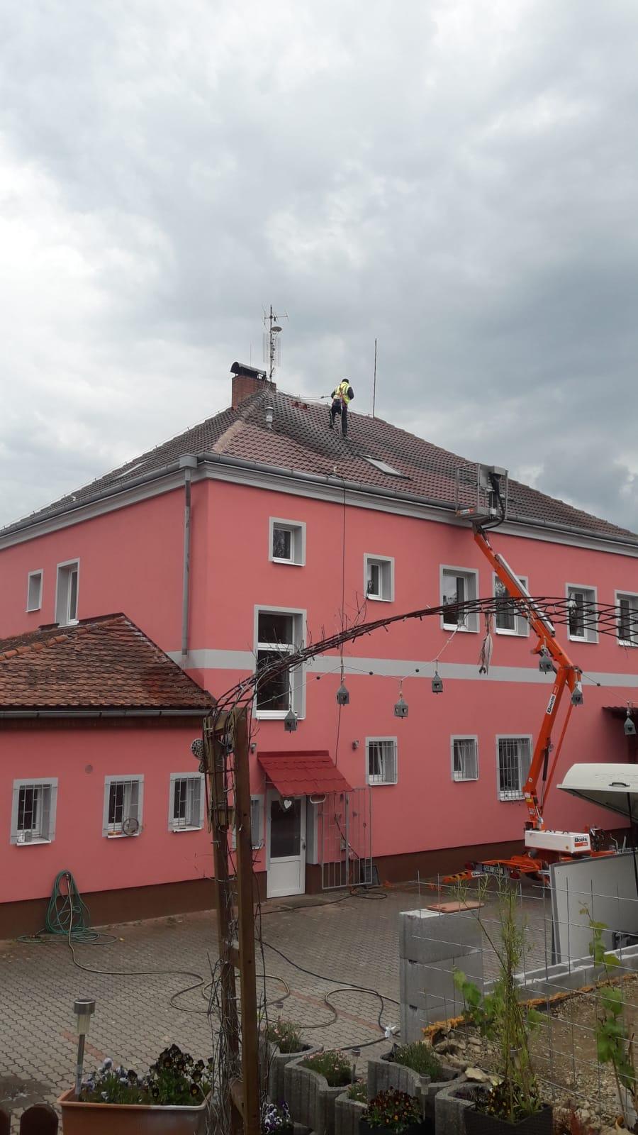 Čištění střechy domu