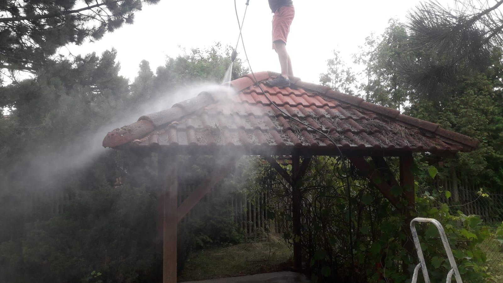 Čištění střechy altánu